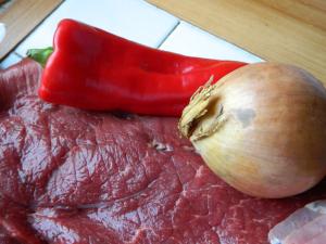 Zwiebel und rote Spitzpaprika
