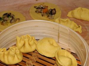 Dim Sum im Bambusgareinsatz Rechts oben: Hahnenkammform