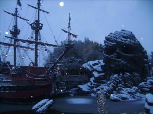 Piratenschiff mit Totenkopfhöhle
