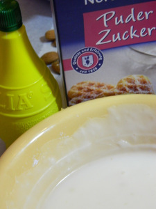 Zuckerguß aus Zitronensaft und Puderzucker