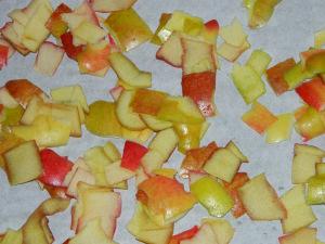 Apfelschale in kleine Stücke zerschnitten
