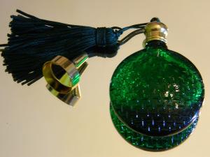 Ein grünes Parfum-Fläschchen