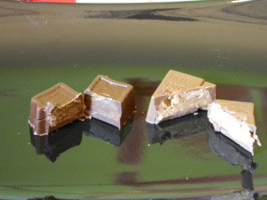 Links die HELLO-Sprechblase gefüllt mit Caramel-Brownie Rechts der Würfel mit Nougat-Krokant