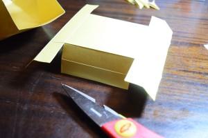 An zwei gegnüberliegenden Enden bis zur 2ten Falz mit einer Schere einschneiden.